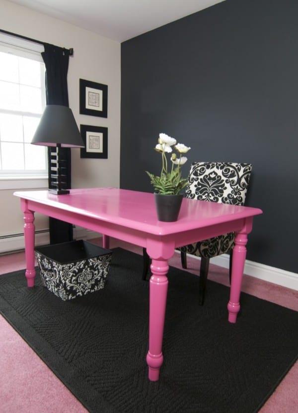 moderne raumgestaltung mit wand und teppich in schwarz und Schreibtisch holz in pinkfarbe streichen