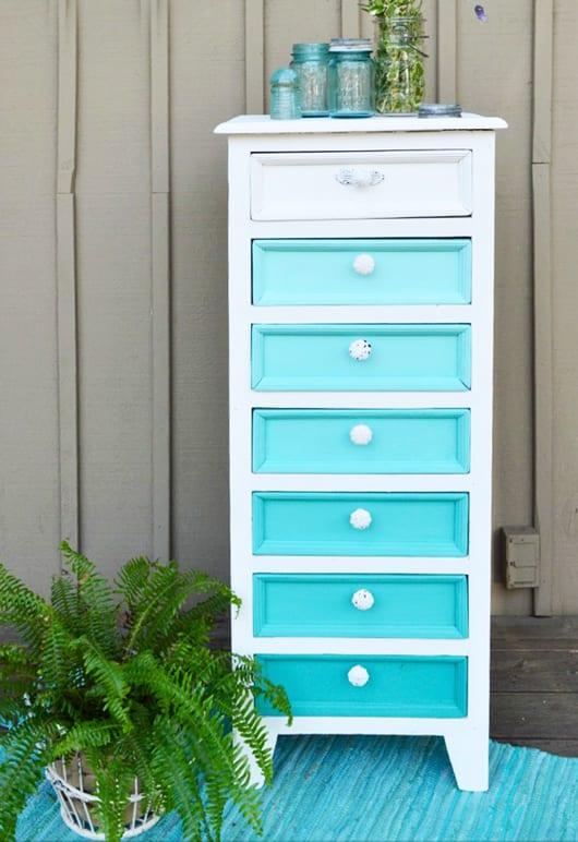 holzschrank weiß mit blauen schubladen als streichen idee für ombre-möbel