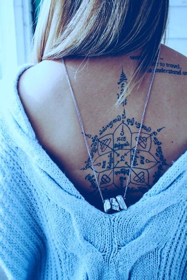 rücken tattoo ideen für frauen mit schriftzug