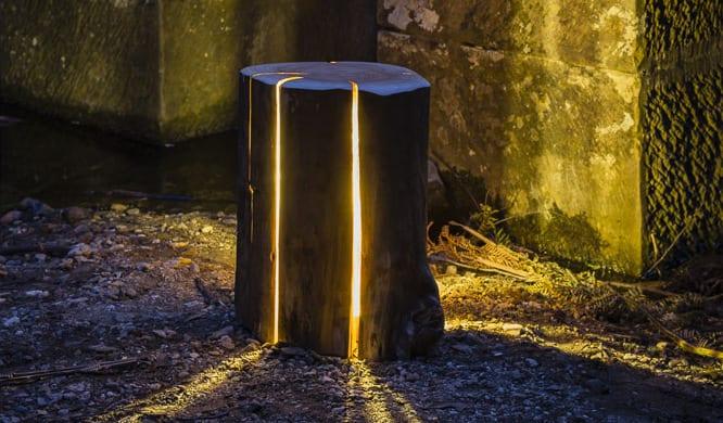 kreative gartendeko idee und moderne terrassengestaltung mit Holzhocker und Holz-Tischlampe