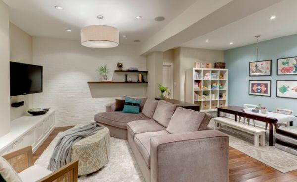 modernes wohn esszimmer einrichten mit sofa beige und rundhockertisch vor dem TV an der wand mit Wandfarbe Hellblau