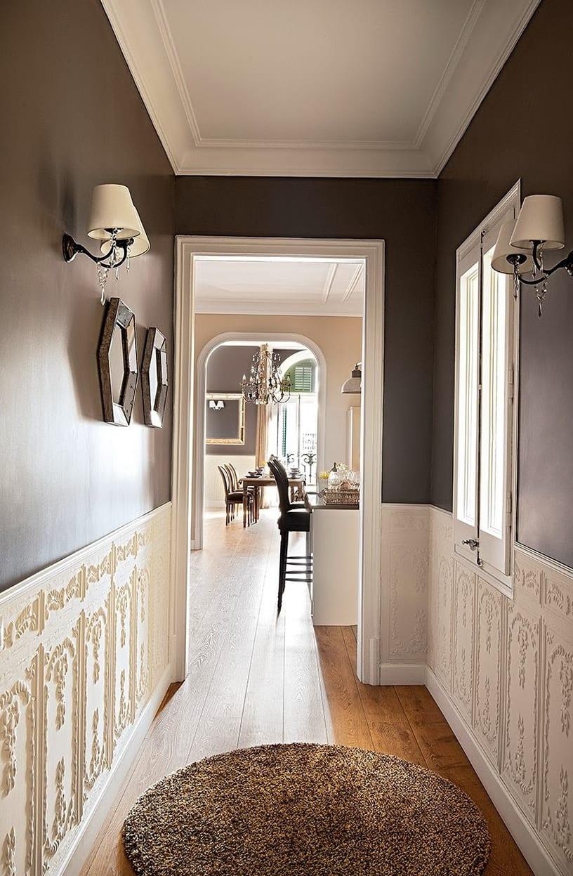 wandfarbe grau kombiniert mit weißer decke und Wandlampen als coole farbgestaltung und streichen idee flur