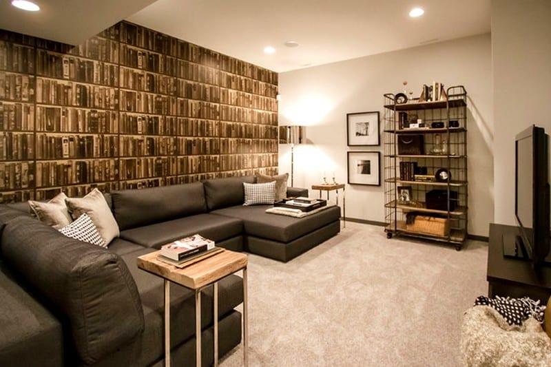 kleines wohnzimmer mit coole wandgestaltung mit Tapeten und ecksofa grau als kreative wohnidee für den keller