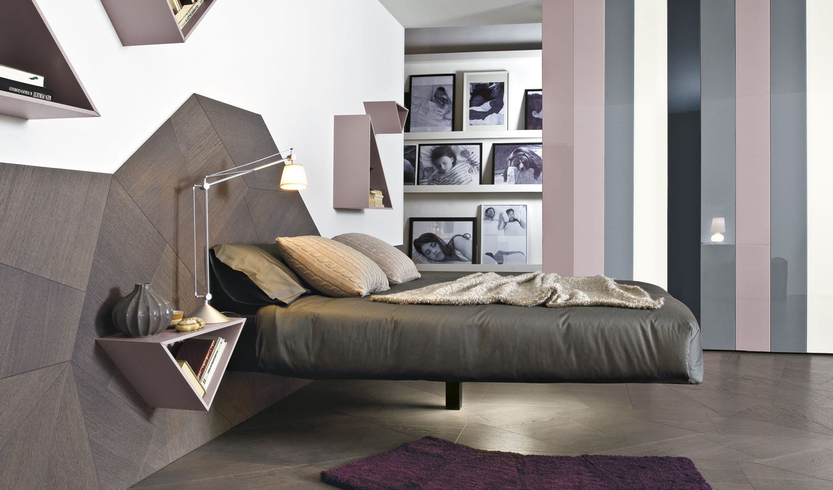 schlafzimmer gestaltung mit rasafarbigen dreieckigen wandregalen und nachttischen und interessante Holzelementen als coole wandgestaltung