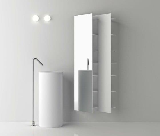 moderne badezimmer einrichtung in weiß mit freistehendem waschbecken rund und spiegel-badezimmerregal
