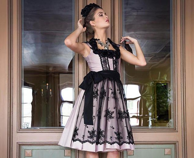 oktoberfest trends 2015_Dirndlfrisur mit schwarzen blumen und designer dirndl in helllila mit scpitzenschürze schwarz