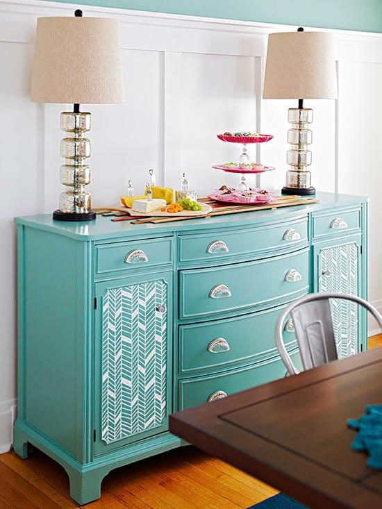 antike sideboard wohnzimmer symetrisch dekorieren und in blau streichen als akzent zu den weißen wandpaneelen und wandfarbe blau
