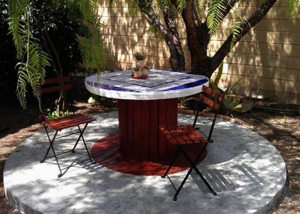 coole garten gestaltung mit DIY Gartenmöbel für gemütliche garten sitzecke rund mit klappstühlen