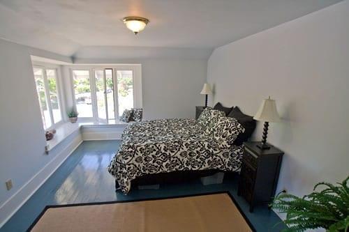 schlafzimmer gestalten mit holzboden blau und betwäsche schwarz-weiß