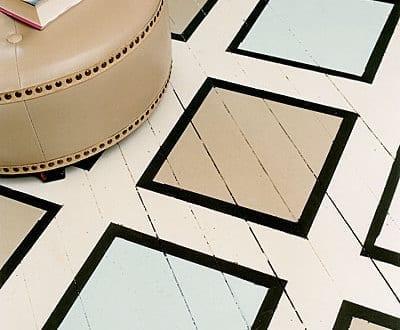holzboden streichen idee in wei0 mit scwarzen quadratischen rahmen freshouse. Black Bedroom Furniture Sets. Home Design Ideas