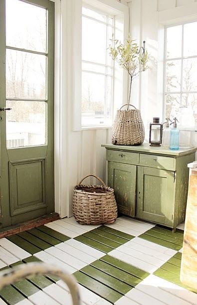 rustikales flur interior in grün und weiß und kreative streichen idee für den boden