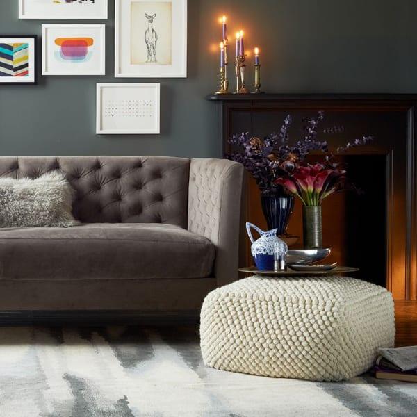 wohnzimmer grau mit polstersofa grau und wandgestaltung mit bilderrahmen weiß