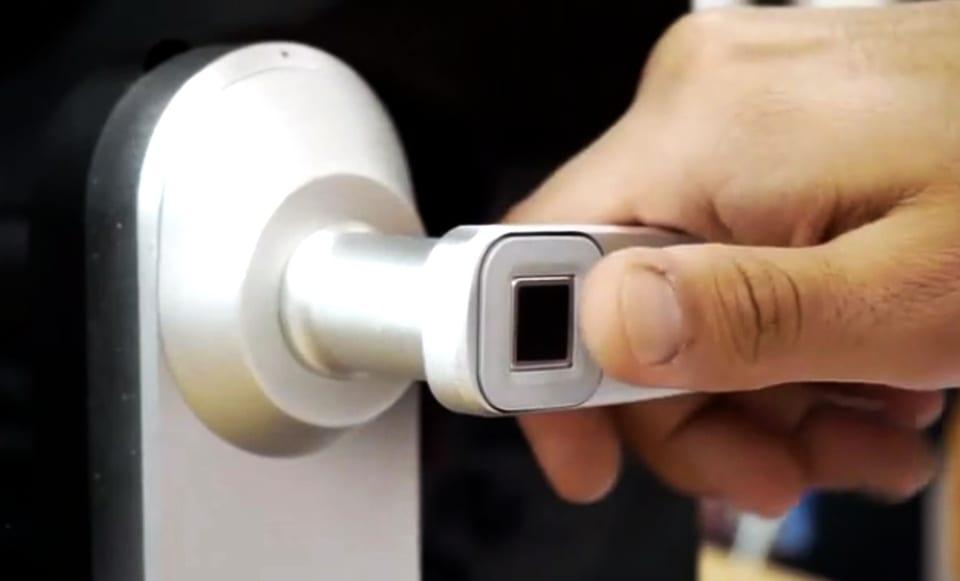 moderne Eingangstüre mit schlüssellosem Zugang durch Fingerabdruck