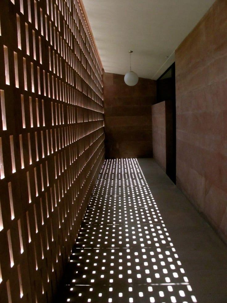 kreatives lichtkonzept durch lochfassade für den flur