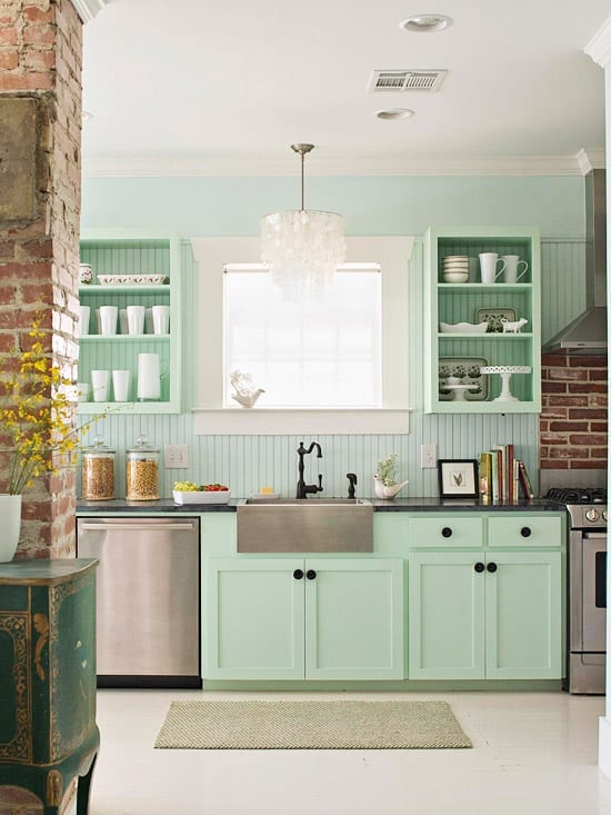 kreative küche einrichtung in hellgrün mit inoksküchengeräten und coole küchen wandgestaltung mit grünen wandregalen