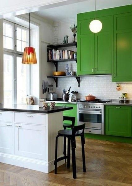 kleine küche inspiration mit grünen küchenschränken und schwarzen küchenwandregalen und barhockern