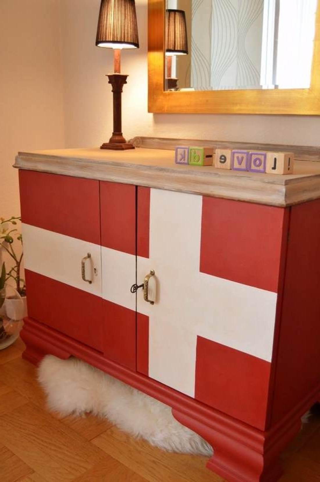 kreative wohnidee flur mit sideboard flur aus holz in rot und weiß streichen