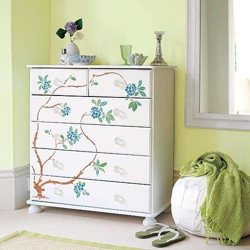 farbgestaltung mit wandfarbe hellgrün und einrichtung mit Holzschrank weiß
