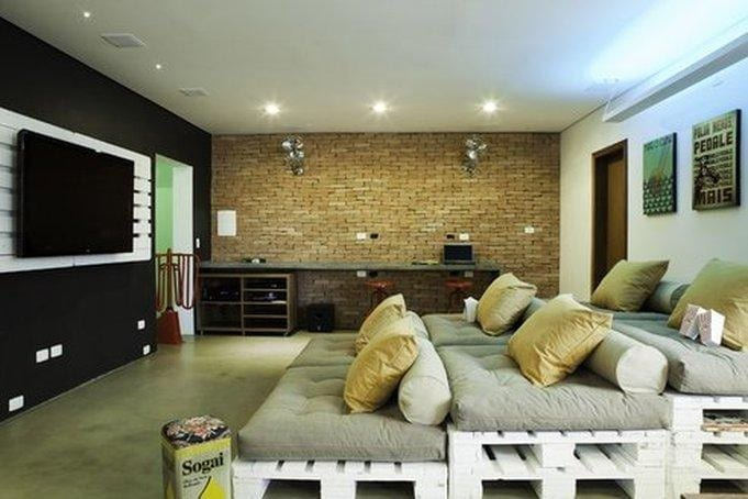 kreative wohnidee mit palettenmöbel weiß und tv Wandpaneel aus paletten für moderne Mediaraum-Gestaltung mit wandfarbe schwarz