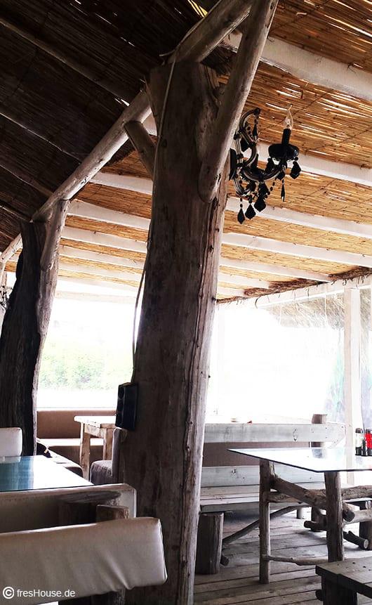 Holzterrasse Überdachung aus Ried und Wandleuchte für die Terrasse