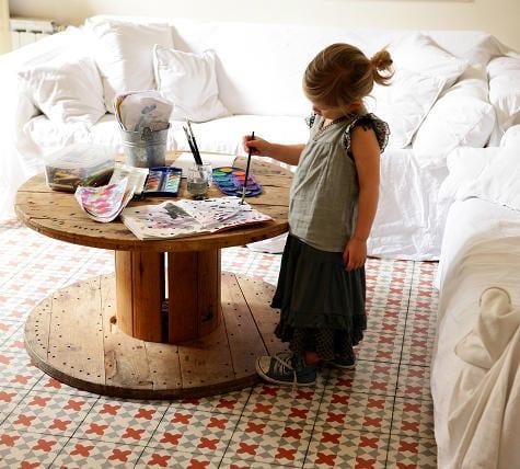 wohnzimmer rustikal mit bodenfliesen und rundem DIY couchtisch holz