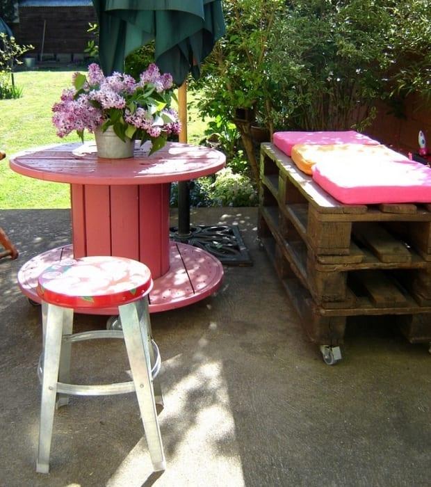 garten deko idee mit DIY Gartenbank aus Europaletten und Rollentisch pink aus Kabeltrommel