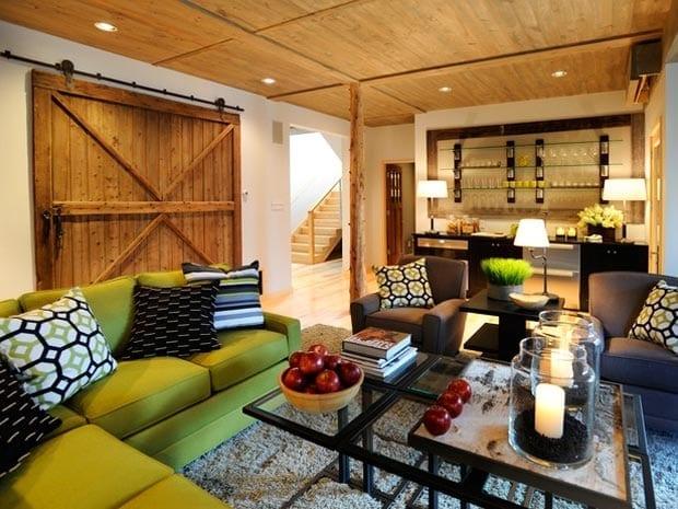 kreative wohnidee für kleine wohnzimmer und moderne einrichtung mit sofa grün und grauen polstersesseln mit schwarzem Beisteltisch