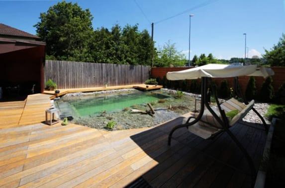gestalten sie selber den hofgarten mit pool und teiche als coole wassergarten idee