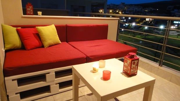 colle terrasse ideen für Sofa aus paletten mit roten Sitzkissen