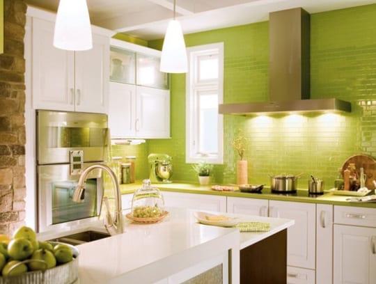 interessante küchenidee für weiße küche mit kochinsel weiß und wandgestaltung mit grünen ziegelvliesen