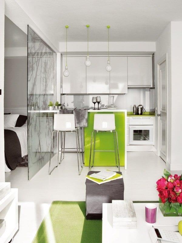 moderne küche weiß mit glastrennwand und bar in grün als küchen inspiration füe moderne kleine küchen