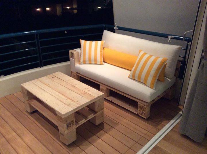 coole terrasse gestaltung mit SOfa und Couchtisch aus Europaletten mit weißen Sitzkissen und gelben Dekokissen