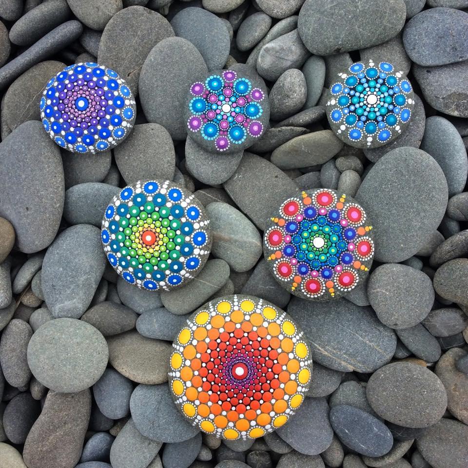Bastelidee mit glatten flüßsteinen für einzigartige DIY Gartendekoration