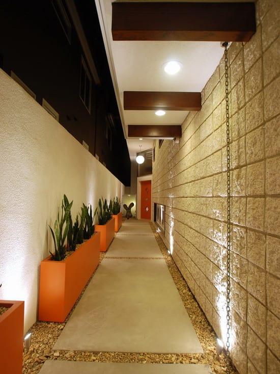 sichtbare holzbalken und bodenbeleuchtung als gartenweg gestaltung