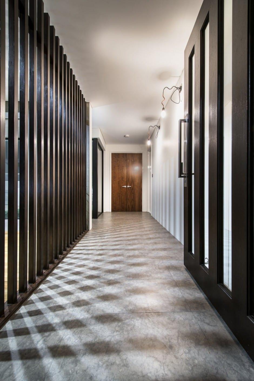 interessante Lichtgestaltung und natürliche Flurbeleuchtung durch Gitterwand