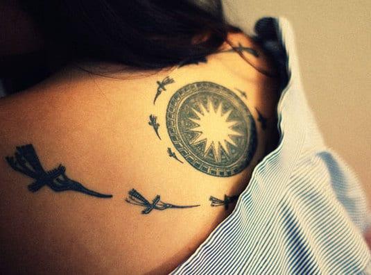 coole tattoos für den rücken mit stern motiv