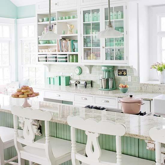 weiße küche mit bar und vintage barhocker aus holz in weiß