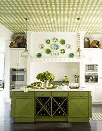 küche weiß mit deckengestaltung und kochinsel in grün