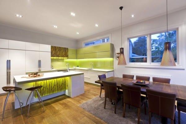 wohnesszimmer mit küche weiß und esstisch massiv mit esszimmerstühlen in leder braun