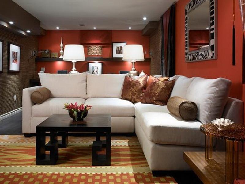 kleines wohnzimmer einrichten mit sofa weiß und coole wanddeko mit wandregalen aus holz