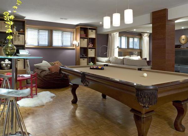 wohnideen wohnzimmer mit wandfarbe lila und runder bartisch aus glas neben billardtisch