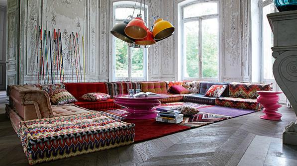 stylische raumgestaltung mit traumteppich rot und coole pendellampen in gelb und rot für rustikales interior im loftwohnung mit parkett