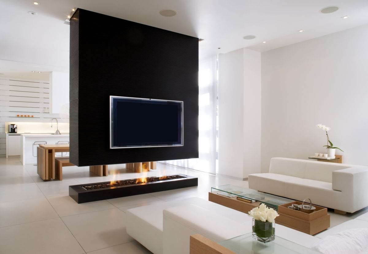 modernes wohn esszimmer mit küche weiß und offenem kamin schwarz als akzent zu der weißen sitzecke
