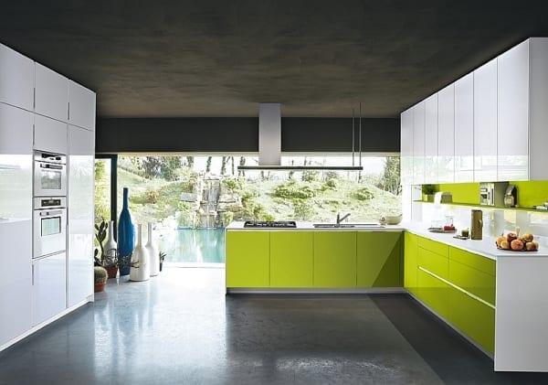 interessante Küchenideen für moderne küche mit küchenschränken in grün und weiß und wandfarbe schwarz