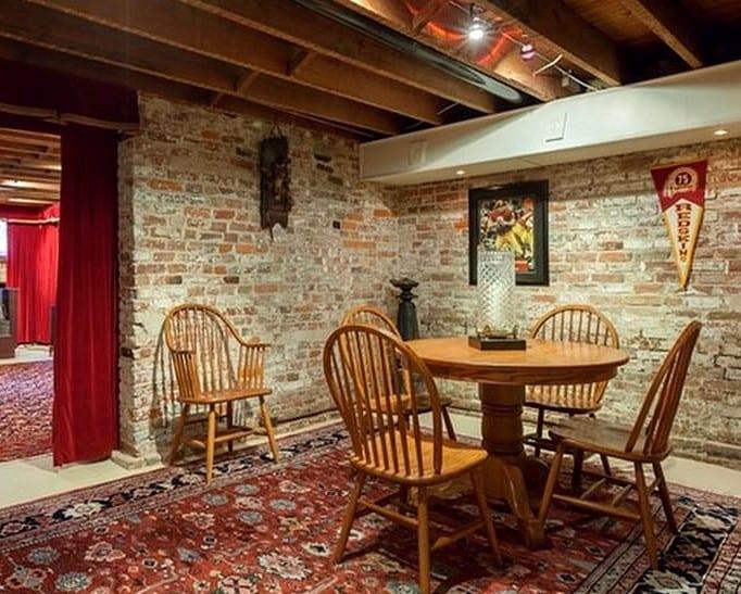 kreative wohnidee für Spielraum im keller mit teppich und ziegelwände