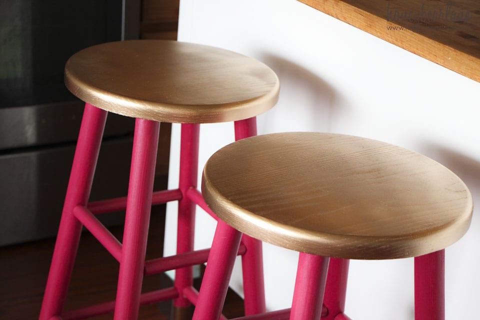 runde Barchocker aus Holz neu streichen als Idee für moderne Bar-Möbel