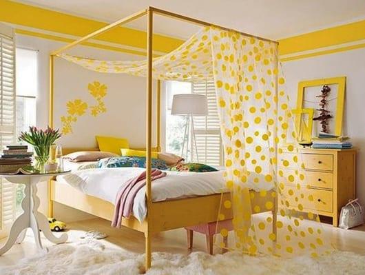 sideboard schlafzimmer und holzbettgestell in gelb streichen_coole schlafzimmer gestaltung und wand streichen idee