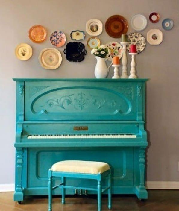 coole wanddeko mit tellern und klavier streichen idee in blau mit hocker aus holz in blau