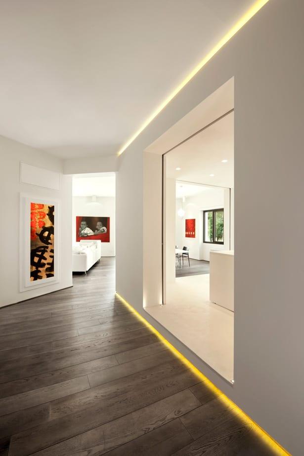 minimalistische moderne Einrichtungsidee mit holzboden und wandfarbe weiß