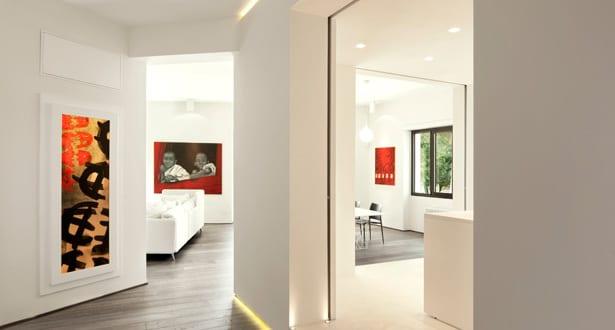 minimalistisch wohnen einrichtungsidee f r luxus wohnung in wei und indirekte flurbeleuchtung. Black Bedroom Furniture Sets. Home Design Ideas